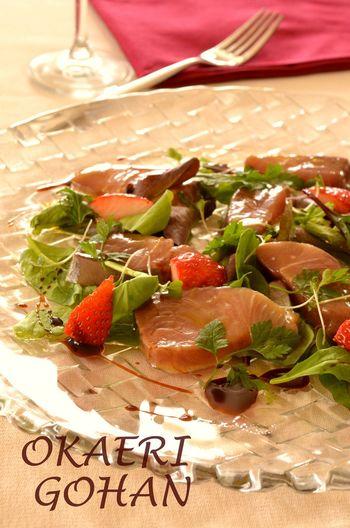 お刺身のぶりが手に入ったら、ぜひチャレンジしてみたいサラダのレシピです。 イチゴの程よい甘みとマリネ液の酸味がぶりにからんで絶妙なハーモニーを生みます。