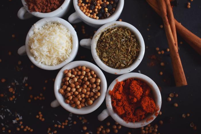 本格インドカレーというと、なんだか難しそうなイメージ。そうは言っても、日本のお母さんたちが美味しい煮物を作るように、インドのお母さんたちだって、目分量や感覚だけで、毎日美味しいカレーを作っています。