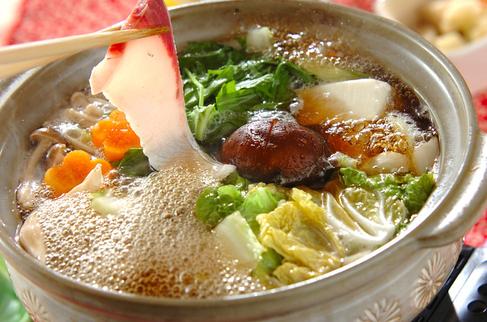 薄切りのブリを、だしの中でゆらゆら動かしながら熱を入れていただく「ちり鍋」。 お野菜もお豆腐も摂れるので、栄養も満点です。