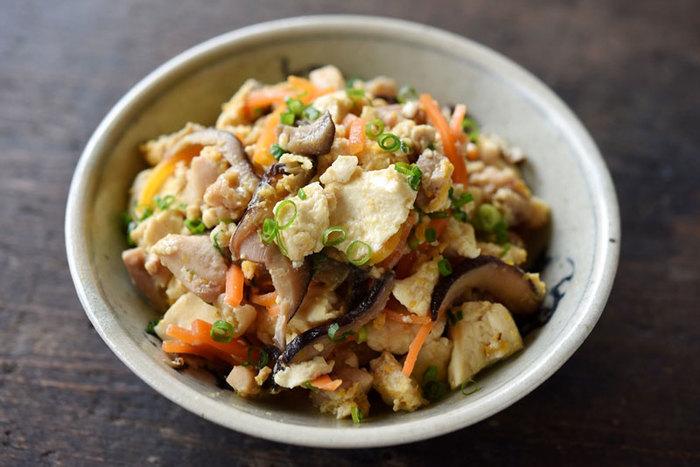 ちょっと甘めな炒り豆腐は、ご飯がすすむ和のおかずです。椎茸戻し汁を使うことで、出汁いらずでおいしく仕上がります。炒り豆腐なら、使うお豆腐は木綿豆腐がおすすめ!炒める前に粗く崩し、塩を加えて茹でましょう。水分が抜けて食べごたえが出る上に、味もつきやすくなりますよ。
