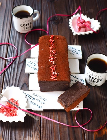 チョコケーキにすれば、まるで生チョコのようなしっとりもっちり食感に。チョコを溶かすのもレンジでOK!混ぜて焼くだけと簡単なので、気軽に作ってみましょう♪