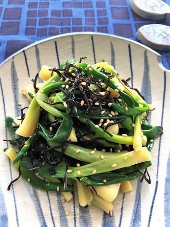 サッと湯がいたアサツキを塩昆布とオリーブオイルで和えた簡単レシピ。塩昆布はとても万能でオイルを変えれば様々なお料理にマッチする便利アイテムです。保存もきくのでストックしておくと便利ですよ。