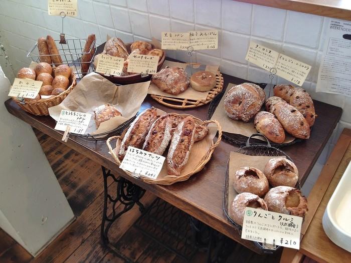 店内は焼き立てのパンのいいにおいが広がっています。 材料にこだわって作られたパンが店内に約40種類ほど並んでいます。