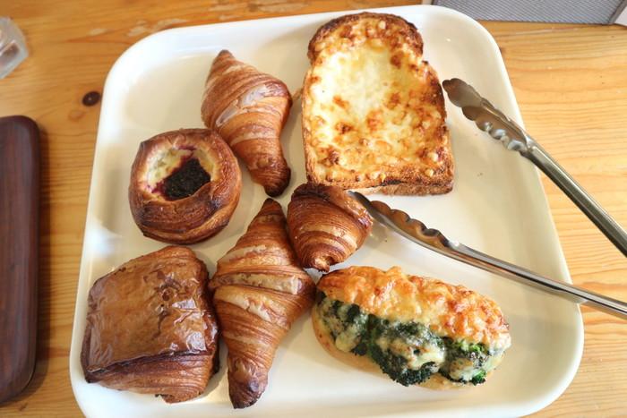右上の自家製ホワイトソース、ハム、グリュィエールチーズをはさみ、さらに表面にソースを塗ってチーズをかけ、焼き上げたフランス生まれのクロックムッシュは絶品です。