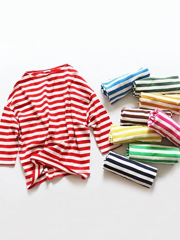 カラフルなボーダーのトップスは、着るだけで大人の遊び心をグッと高めてくれるアイテムの一つです。  今回はそんなカラーボーダートップスを取り入れた、大人女子がマネしたくなるようなコーディネートをご紹介します。