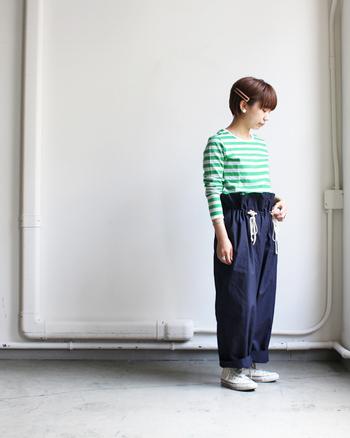 明るめグリーンのボーダートップスに、デニムのワイドパンツを合わせたスタイリングです。ウエストにデザインがあるパンツは、きっちりとタックインして見せる着こなしがおすすめですよ。