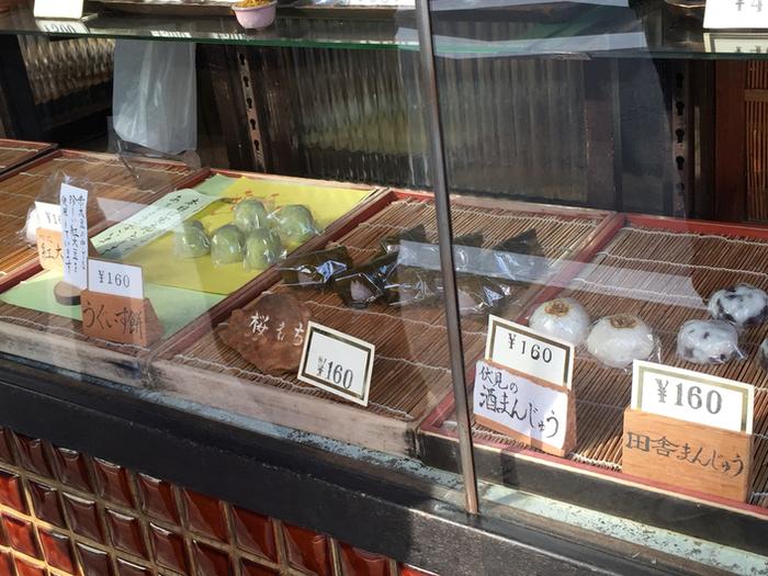 ひとつひとつ丁寧に作られた素朴な和菓子が並んでいます。眺めているだけでほっこりしますね。