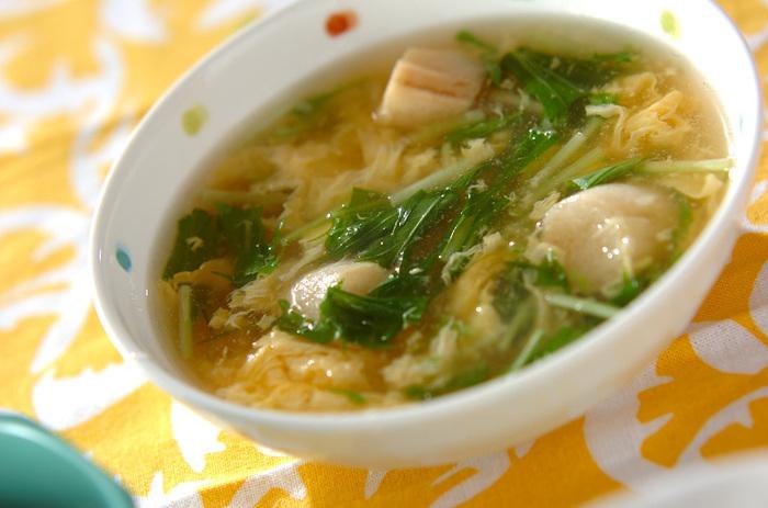 揚げ物と和え物の副菜には汁物をプラス。旬の水菜を卵と一緒に煮込んだ「水菜のふんわりかきたま汁」は優しい味わいでオススメです。食欲がないときはこのスープにご飯を入れて雑炊風にしても良いですね。