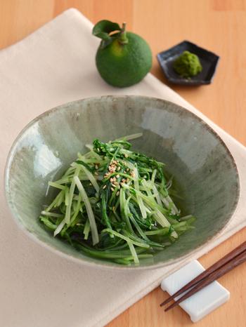 レンジでチンした水菜を柚子胡椒で和えたちょっぴり大人テイストの素敵な箸休め。簡単にできるので助かりますよ。