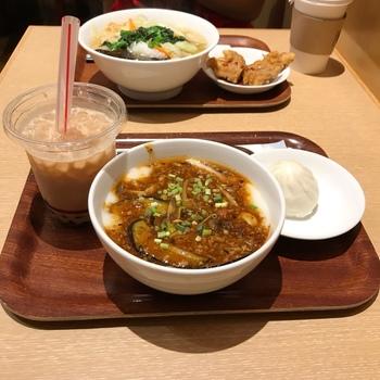 しっかりした味のお粥は満足感も◎。お得なセットメニューでは、お粥に肉饅などのサイドメニューとドリンクがつけられます。人気のエッグタルトやタピオカドリンクも楽しめますよ。