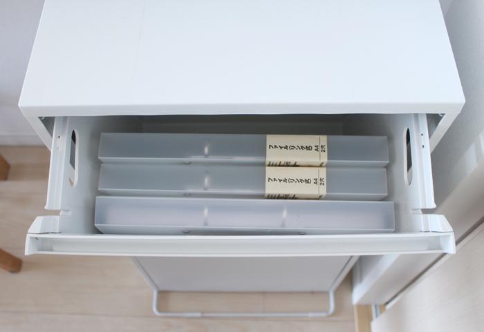 ダストボックスにはA4サイズのファイルがすっきりと収まるので、書類や学校のプリント類も見やすく・使いやすく整理できます。残念ながらこちらの商品は廃盤となってしまいましたが、以下のリンク先で同じタイプのダストボックスが紹介されていますので、ぜひ参考にしてみてくださいね。