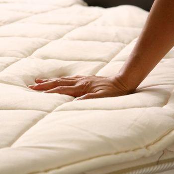 マットレスの上で眠る場合は、ベッドパッドを使うと快適です。例えばこちらは、羊毛を詰め込んだベッドパッド。吸湿性が高く、蒸れる心配がありません。