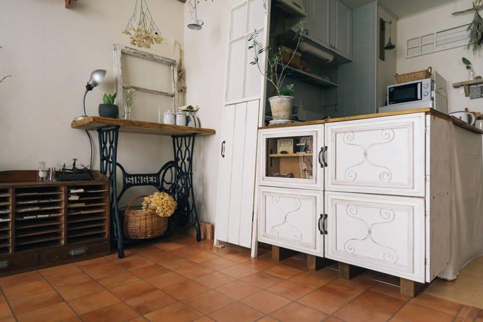 DIYが主流の昨今、キッチンカウンターを手作りされる方も多いそうです。こちらはDIYの定番アイテム、「カラーボックス」を使ったおしゃれなキッチンカウンター。フレンチ風のシャビーシックなデザインが、ナチュラルテイストのお部屋に溶け込んで素敵ですね。