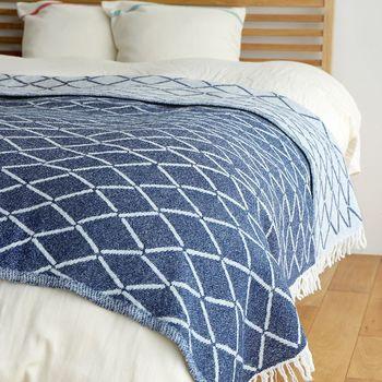 上にかける毛布は、お部屋の雰囲気を左右するインテリアの役割も。気分によって柄を変えてみると楽しいですよ。