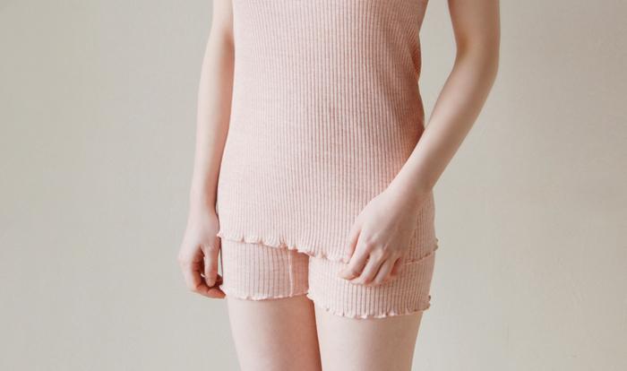 パジャマの下に着るインナーも、同じくコットン製がおすすめです。ポイントは締め付け過ぎないサイズ感。リブ編みのインナーは体型に合わせてよく伸びますよ。