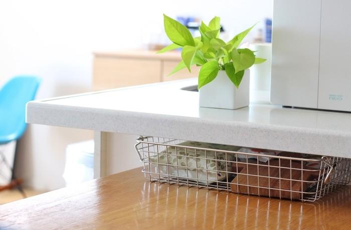 """カウンターとテーブルの間にできた""""隙間""""に活躍してくれるのが、無印良品の「ワイヤーバスケット」です。浅いタイプならちょっとしたスペースにもぴったり収まります。テーブルの上に散らかりやすい小物なども、すっきりと綺麗に収納できますよ。"""