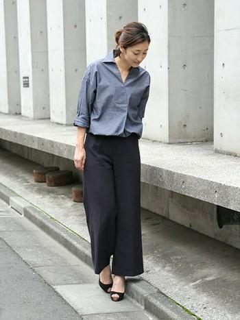 センタープレスのネイビーパンツは、きちんと感のあるシャツと相性が抜群!同じブルー系で統一してハンサムな印象でありながら、ヒールで程よく女性らしさを加えたスタイリングです。