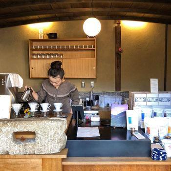 お店の人が一杯ずつ丁寧にドリップしてコーヒーを淹れてくれます。いい香りがいっぱいに広がります。