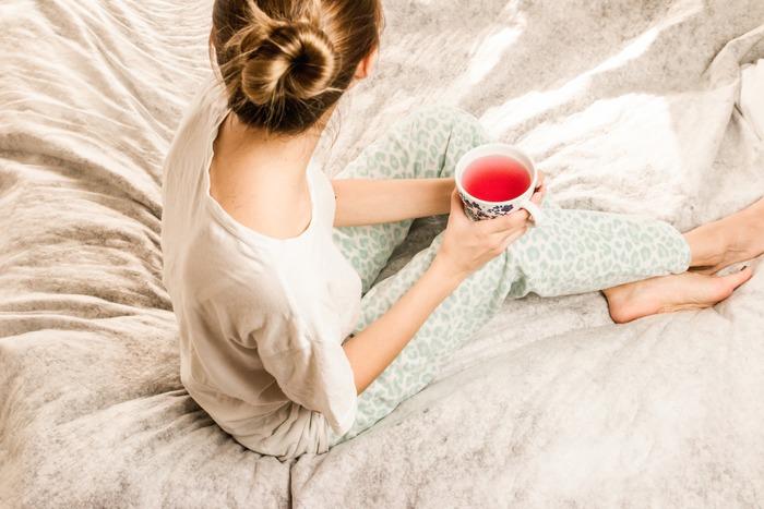 """お風呂から上がって時間が経ってしまった時は、温かい飲み物を飲んで体を温め直しましょう。おすすめはリラックス効果の高い""""ハーブティー""""。その日の疲れやストレスも軽減されそうですね。"""