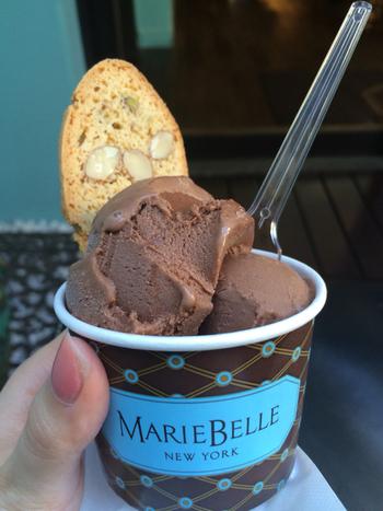 濃厚なチョコの味が楽しめるジェラート。こちらも食べ歩きにちょうどいいですね。サクサクのビスコッティと食べるとさらに美味しさがアップします。