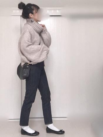 ノンウオッシュデニムのネイビーも引き締めカラーにぴったり!淡色ニットと合わせてメリハリのあるカラーリングにすることも、全身をすっきり見せてくれる着こなしのひとつです。