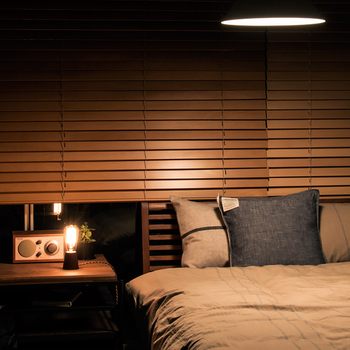 寝室の照明も、あまり明る過ぎると目が覚めてしまいます。眠る前は間接照明や暖色系の明かりで穏やかに。徐々に眠気を催す工夫が大切です。