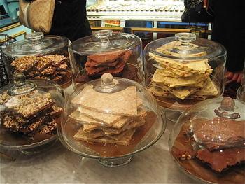 ハンマーで砕かれた量り売りのバークチョコレートは気軽にマリベルのチョコレートを楽しめそうです。散策しながらおいしいチョコレートが味わえます。