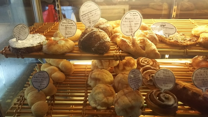 ショーケースに美味しそうなパンが並んでいます。ひとつひとつ手書きのポップがあたたかいですね。