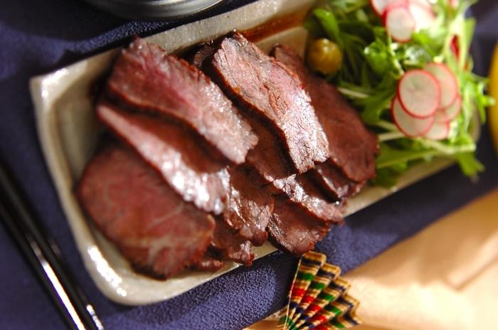 オーブン調理だと前もってフライパンで肉の表面に焼き色を付けたり、また予熱したり…と何かと時間のかかるローストビーフも、魚焼きグリルなら時短で簡単にできます。牛もも肉に油を塗って10分ほど魚焼きグリルで焼き、アルミホイルで包んでもう一度グリルに戻して約30分置くだけです。