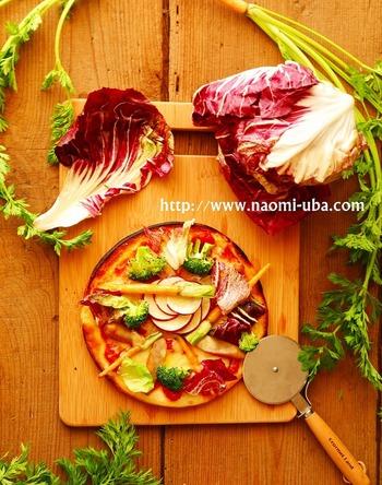短時間で高温になる魚焼きグリルは、石窯に似た状態になりますのでピザにおすすめ。ピザ生地にトマトソースを塗り、野菜やチーズをのせてオリーブオイルを。余熱した魚焼きグリルで焼けば、あっという間に本格ピザのできあがり。野菜にオイルをからませておくと乾きません。