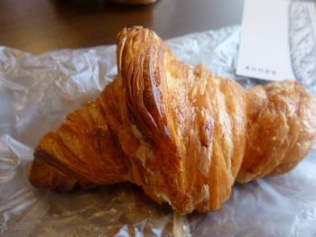 店主自慢のクロワッサンです。バターの香りが広がり、サクサクとした食感が人気です。小ぶりなサイズなのでペロッと食べられます。