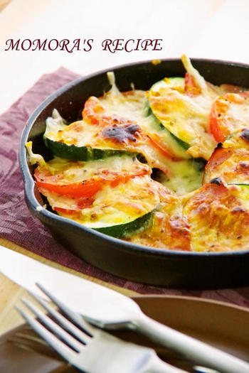 スキレットにズッキーニやトマトなどのフレッシュ野菜を詰め、塩こしょう・カレーパウダーなどで味つけ。最後にチーズをのせて強火の魚焼きグリルで焼きます。野菜のうまみがぎゅぎゅっと凝縮された充実料理です。