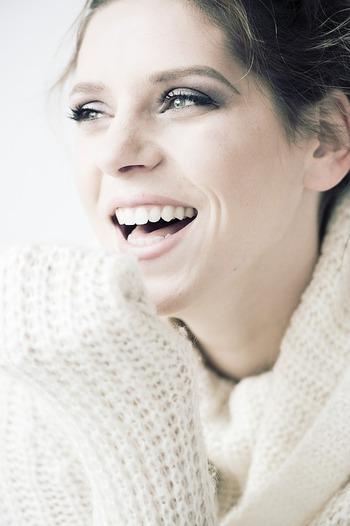 大きな声で笑う方はそれだけで人目をひいてしまうので、目立ちたがり屋と見られています。注目されたいという願望ももっているようです。また、小さく笑う方は、冷静沈着タイプです。あまり目立たない人だと思われていますが、本音は隠し持っています。