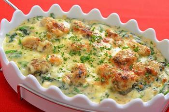 グラタンも魚焼きグリルの得意料理。牡蠣に小麦粉をまぶしてフライパンで焼き、玉ねぎも小麦粉をまぶしながら炒めておきます。豆乳などを加えたら、牡蠣などとともにグラタン皿に入れ、チーズをのせて魚焼きグリルへ。寒い日にうれしいあつあつクリーミーなグラタンのできあがり♪
