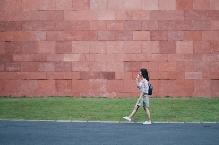 歩く速度が速いという人の体にはパワーが満ちています。まわりからはいつも元気いっぱいだと思われています。また、どんなときにもマイペースで歩くという方は自分軸をもっています。ただまわりからは頑固者に見られる場合もあります。うつむき加減で歩く方は自分の殻に閉じこもりがちで、他者と一線をひいているように見られています。
