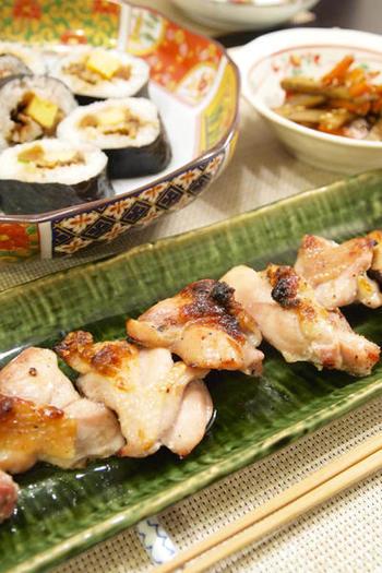 魚焼きグリルは、スペースが狭く、しかも直火なので短時間で高温になります。そのため、調理時間が短くなるのはもちろん、肉などのうまみを逃さずジューシーな仕上がりに。また、余分な脂が落ちてヘルシーなことや、鶏の皮などがパリっと焼けることもプラスポイントです。