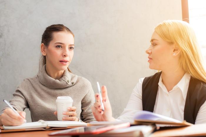 まわりから頭の良い人に見られるのが早口な方です。頭で考えていることを、すぐに話したい衝動にかられるので、つい早口になってしまいます。ただ、せっかちに見られる場合もあるようです。いったん間を置いてから話すなどしてみるといいかも。また、小さな声で話すという方は、内緒話をしているのかと捉えられる分、マイナスのイメージを与えることもあり。