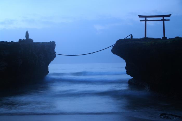 大明神岩に朱鳥居が建っている白浜神社は、伊豆最古の神社。縁結びや子宝、夫婦円満にご利益があることでも有名です。