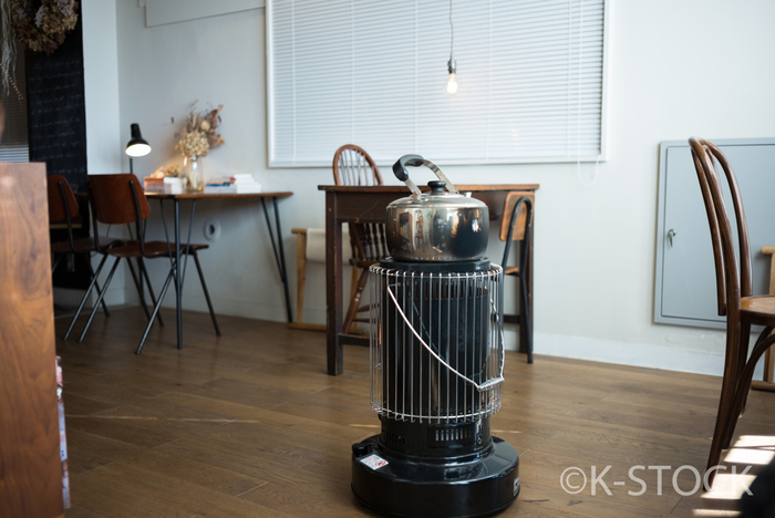こういう全面から熱が出るタイプの対流型ストーブは、部屋の中央に置く事で最も効率よく部屋を温める事ができます。