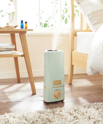 乾燥する時期の必需品といえる加湿器ですが、エアコンの風が直接当たる場所に置くとセンサーが乾燥していると判断してハイパワーの運転を続けて加湿になってしまう事も。室内の結露は家電の故障や火災の原因となりますので要注意です。