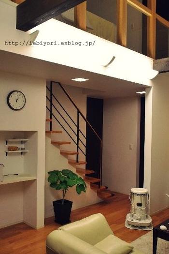 対流型ストーブはこういった吹き抜け構造の建物にもおすすめです。熱が上昇するので一台で2階も温める事ができます。1階で過ごしている時は2階側からサーキュレーターを下に向けて併用し、2階に暖気を上げたい時は風を止めるのが上手な使い方です。