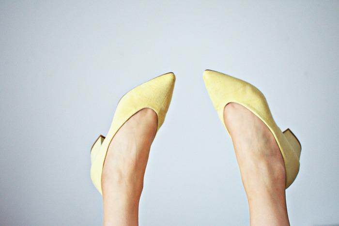 普段好んでよく履く靴が、ハイヒールの方は目立ちたがり屋さんに見られる、自己顕示欲の強いタイプです。ローヒールの低めのタイプを好む方は、しっかり者です。まわりからも真面目な人となりに見られています。サンダルを選ぶ方は、自由人。まわりからは自分に自信のある方にうつります。スニーカーの方は、マイペースな性格です。自分らしさをもっている明るい人に見受けられます。