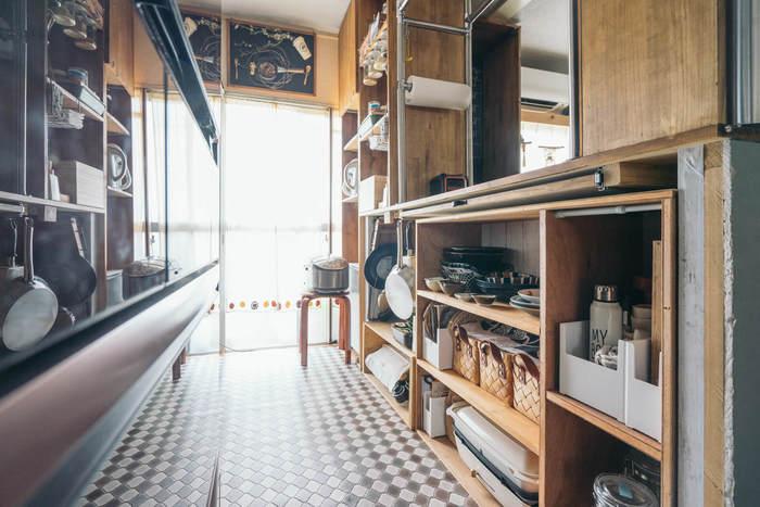 カウンターの下はオープンシェルフになっていて、キッチン周りのものが綺麗に収納されています。そのほかにもスライド式のフライパン収納や、浮かせて収納する調味料ストッカーなど。キッチンカウンターの内側には、様々な工夫が施されています。