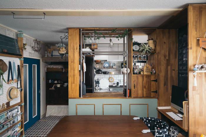 天井まであるこちらのキッチンカウンターは、上の部分にも棚が付いて収納力抜群。美しい木目を活かしたシンプルなデザインがおしゃれな雰囲気です。優しい色合いのグリーンのペイントも素敵ですね。
