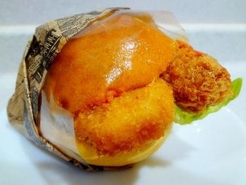 エビフライとクリームコロッケのバーガーをはじめ、ハンバーガーなどのお惣菜パンもあります。 少しお腹がすいたときにちょうどいいですね。