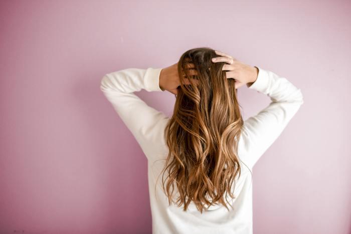 髪をよくかきあげるのは緊張しているとき。自分の魅力をアピールして、よくみせようとしている場合にでてしまいます。異性にはドキっとする印象を与えています。髪の毛を無意識によく気にして触る方は、甘えん坊でかまってほしいタイプです。他人からみると少し子供っぽい印象になってしまいますので、大切な場所では注意。