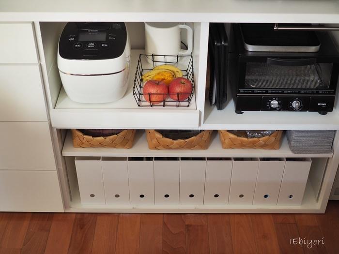 サランラップや食品のストック類など、キッチンの小物を仕分けしながら収納したいという方には、ニトリの「A4ファイルケース」もおすすめです。清潔感あふれる白いファイルケースは、キッチン収納にぴったりのアイテムです。カウンター下のスペースにいくつも並べて、統一感のある素敵な収納スペースを作ってみませんか?