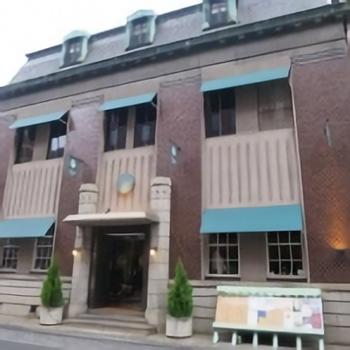烏丸通を渡ってすぐに見えるのが「文椿ビルヂング」です。大正9年に西村貿易会社という染織会社の社屋として建てられた木造の洋館です。今は商業施設として使われています。