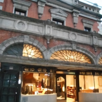 1928ビルを少し過ぎると「家邊徳時計店」があります。 明治23年に建てられたこちらの建物は京都に現存する民間の洋風建築としては最古の部類にあてはまります。現在はブティックになっています。