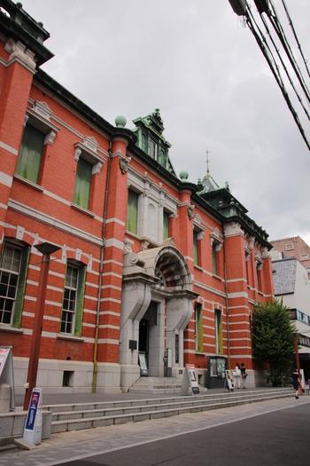 旧日本生命の京都支店を過ぎてすぐにあるのが「京都文化博物館」。赤レンガ造りのこの建物は「旧日本銀行京都支店」の建物で明治を代表する近代建築として重要文化財に指定されています。